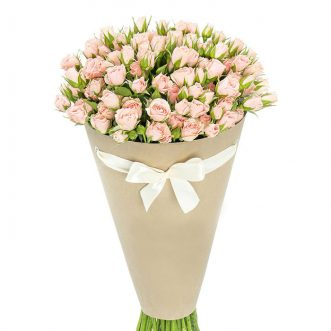 Кустовые кремовые розы в конусе «Каролина»