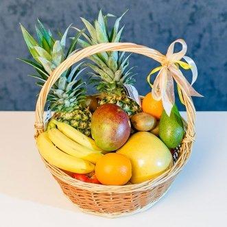 Фруктовая корзина с ананасами, манго и бананами